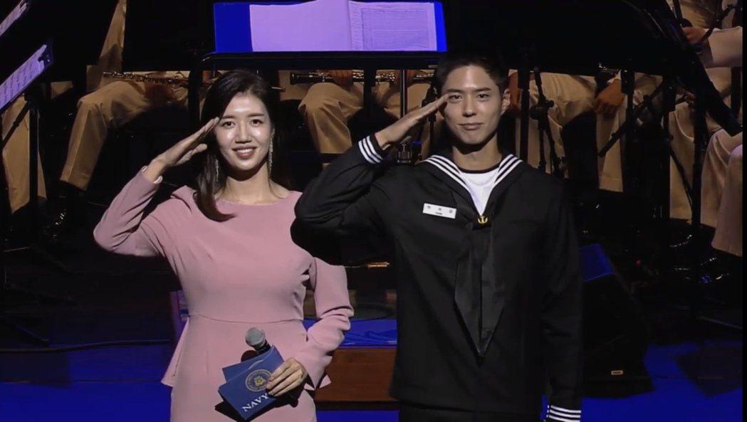 入伍中的朴寶劍(右)27日在「2020韓國海軍護國音樂會」上擔任主持人,因宣傳自