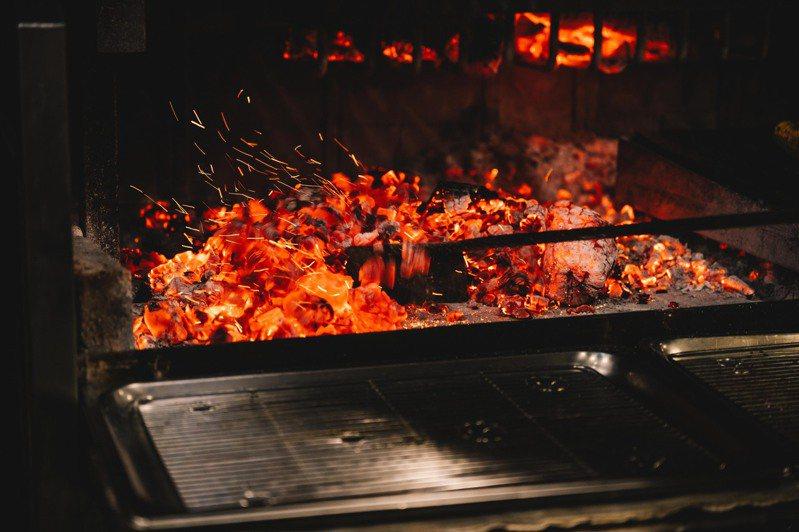 WILDWOOD提供原木燒烤料理。圖/WILDWOOD提供。提醒您:禁止酒駕 飲酒過量有礙健康。