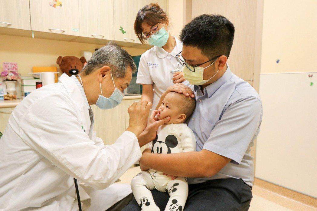 醫師林鴻志(左)為幼童做呼吸道融合病毒快篩。(圖非當事人)圖/亞洲大學附屬醫院提...