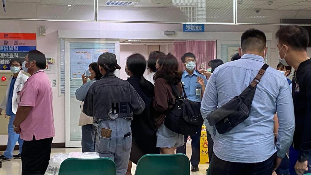 軍方人員及家屬在醫院急診室外等待。 記者尤聰光/攝影