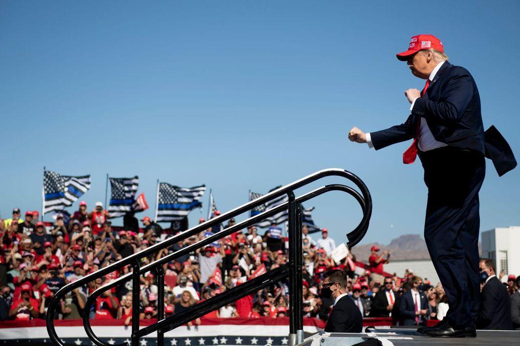 美國總統川普28日在亞利桑那州布爾黑德國際機場舉辦造勢活動。 (法新社)