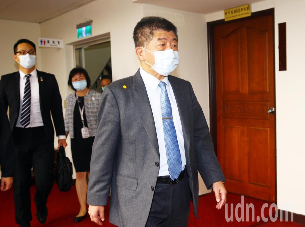 衛福部長陳時中(右)上午出席會議前受訪時表示,有關地方自治條例跟中央法規牴觸的部...