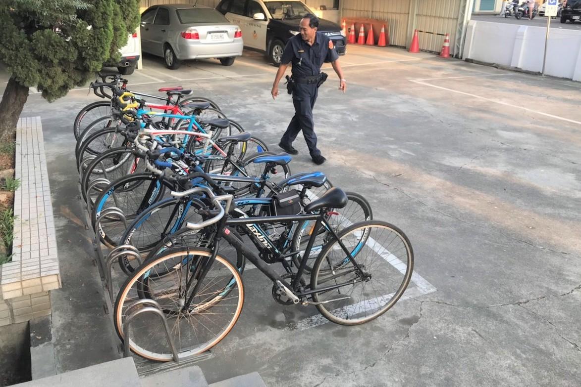 耶!台南麻豆警方找回9部失竊單車 國中生失主開心跳躍