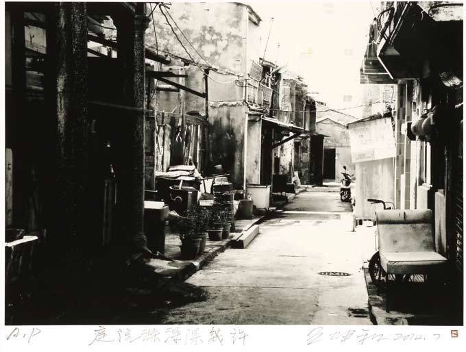 呂坤和的作品作品「庭院深深深幾許」以黑白的方式,訴說金門的美。圖/新北市客家局提供