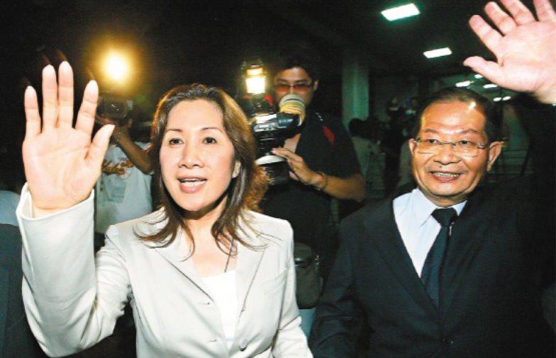 陽信銀行董事長陳勝宏(右)和時任立法委員的妻子薛凌2007年遭士林地檢署依背信等...