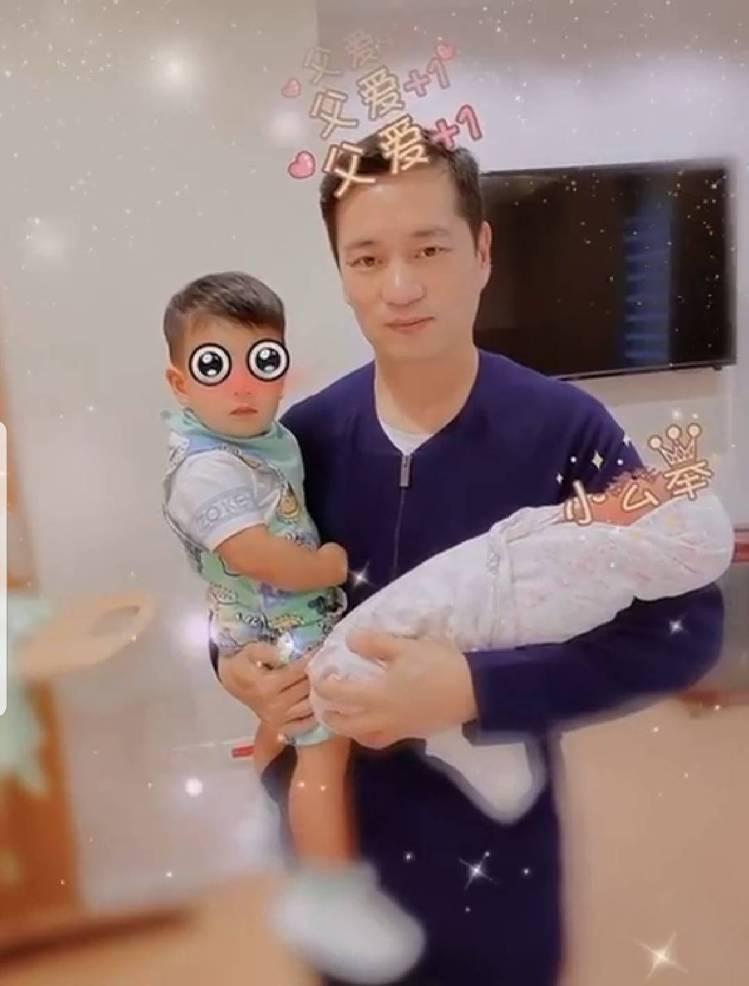 安以軒曝光老公陳榮煉甜蜜抱著兒子、女兒的畫面。圖/截圖自臉書