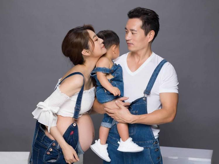 安以軒(左)生第二胎前曝光孕婦寫真。圖/摘自臉書