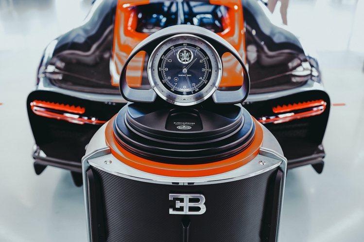 BUGATTI經典的馬蹄鐵散熱器造型、藍色與黑色碳纖維材質與橘色對比色點綴,悉數...