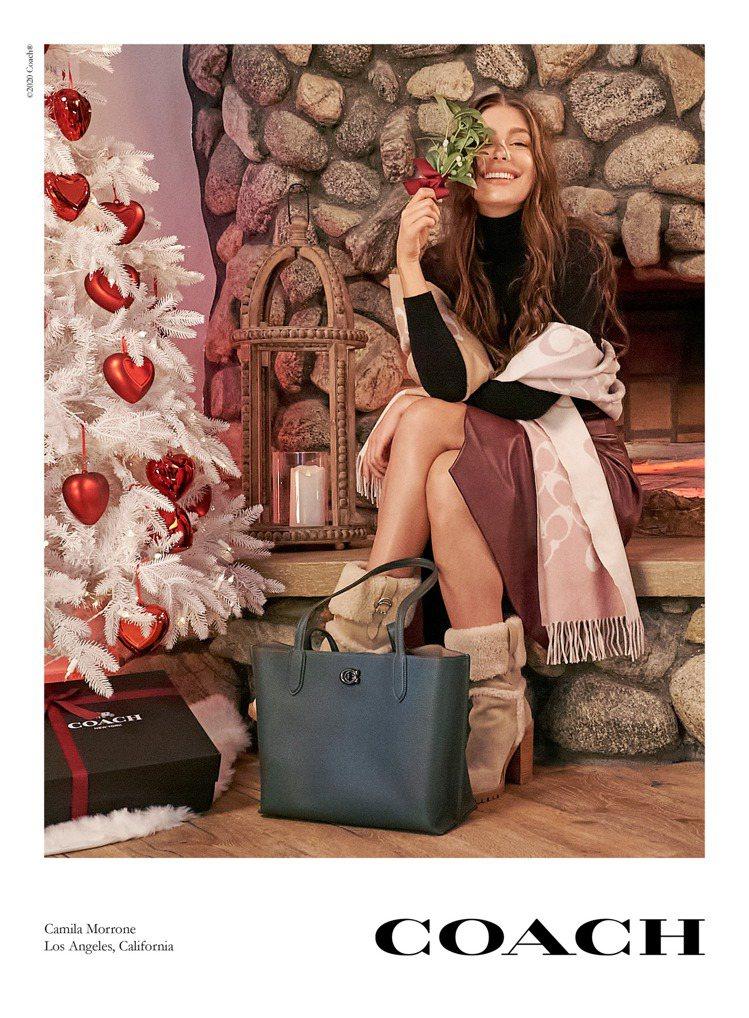 李奧納多狄卡皮歐的女友卡蜜拉莫羅妮詮釋COACH Holiday系列形象片。圖/...