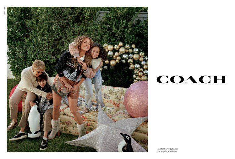 珍妮佛羅培茲與家人一起拍攝歡度耶誕假期的畫面。圖/COACH提供