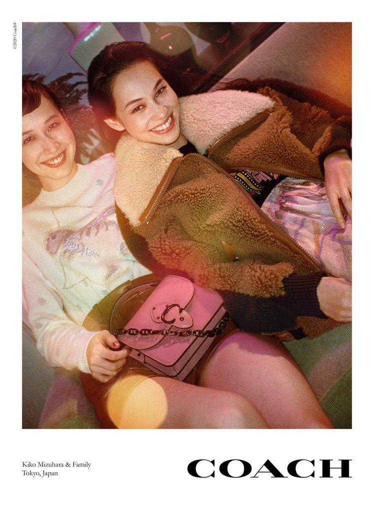 水原希子和妹妹水原佑果展現歡樂的節慶氣息。圖/COACH提供