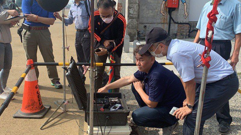 台灣檢測科技公司在輕軌一階C13車站,進行檢測輕軌噪音分貝。記者徐如宜/攝影