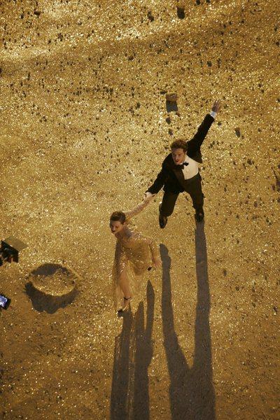 瑪莉詠・柯蒂亞(左)在片中,與男舞者在月球上共舞。圖/香奈兒提供