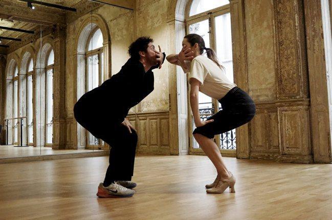為了完美呈現舞步,瑪莉詠・柯蒂亞(左)與男舞者花費5天練習。圖/香奈兒提供