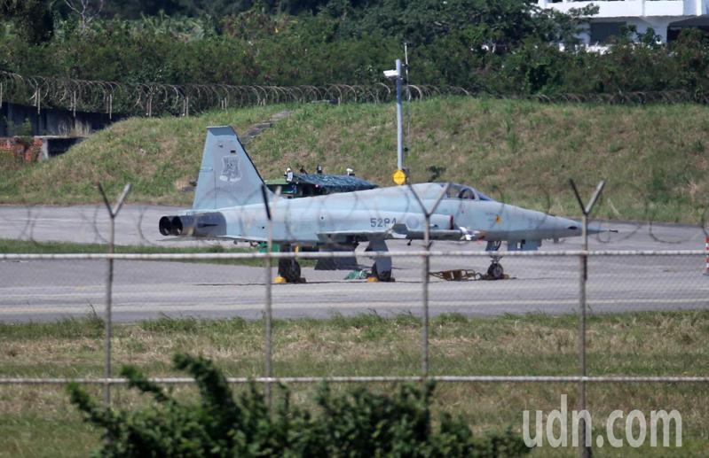 空軍一架F-5E戰機今天上午從台東志航基地起飛進行訓練時,疑似因右側發動機失效墜毀於台東近海,飛官朱冠甍殉職,目前基地內所有戰機全面停飛特檢。記者劉學聖/攝影