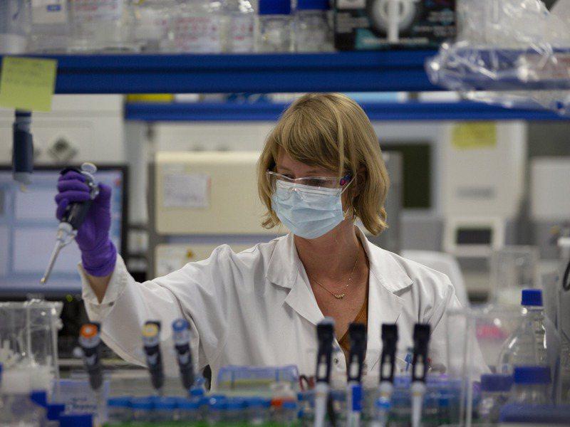德國BNT新冠疫苗須在攝氏零下70度保存,運送和施打都面臨挑戰。圖為疫苗研發示意圖。美聯社