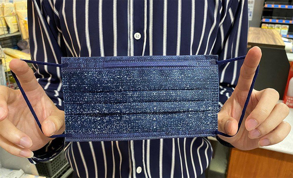 萊爾富10月31日上午10點限量開賣的「丹寧牛仔金屬藍」萊潔炫彩醫療口罩採用外耳...