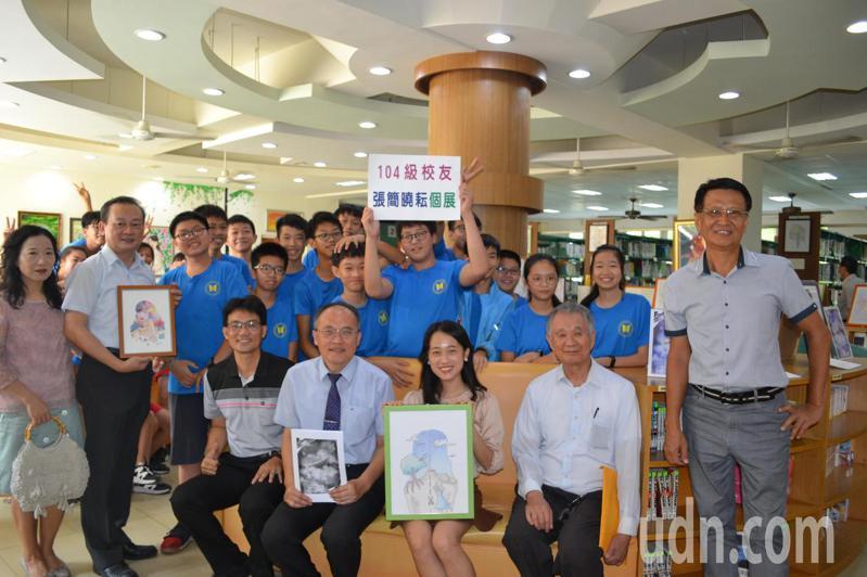 台大才女張簡曉耘(前排右四)在母校台南市後甲國中舉辦圖文展,並分享學習歷程。記者鄭惠仁/攝影
