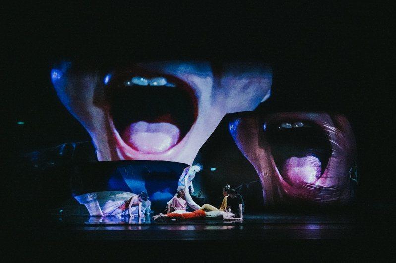 舞者藉由與大型氣球互動呈現媒體對人類造成的衝擊。圖/衛武營提供