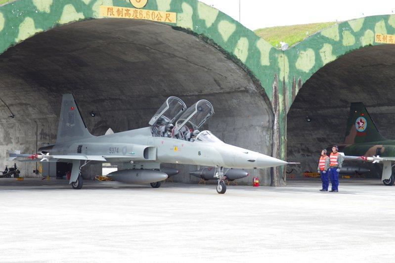 張延廷說,台東志航基地目前有四十餘架F-5E/F戰機,已不再執行戰鬥巡邏任務,主要作為空軍官校部訓機,或負責實彈射擊操演中火焰靶彈射擊任務,作為投放靶彈的目標機。圖/本報資料照