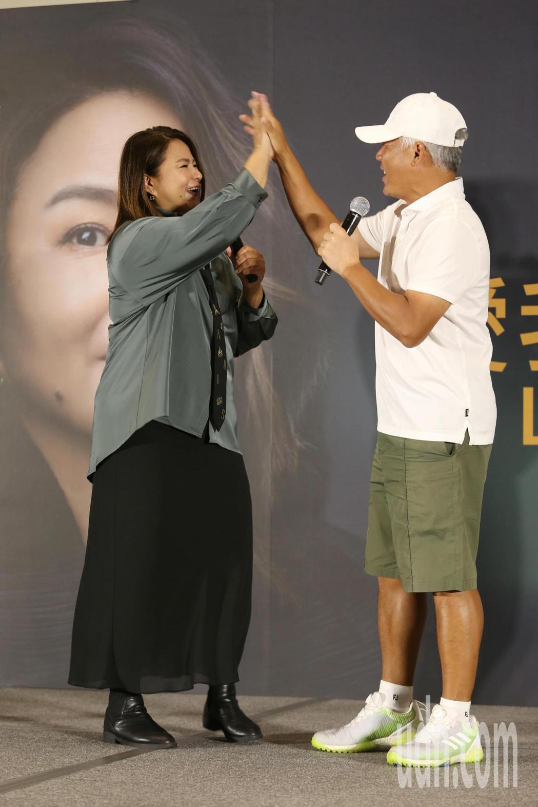 淡出歌壇許久的裘海正(左)今天舉行演唱會前記者會,好友巫啟賢(右)也特別出席表達...