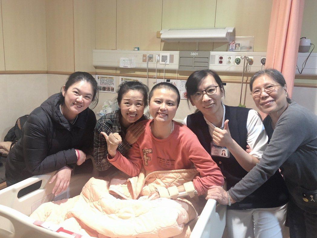 小穎(右三)在住院期間,專科護理師王宜芬(右二)及親友一起到病房為她加油打氣。圖...