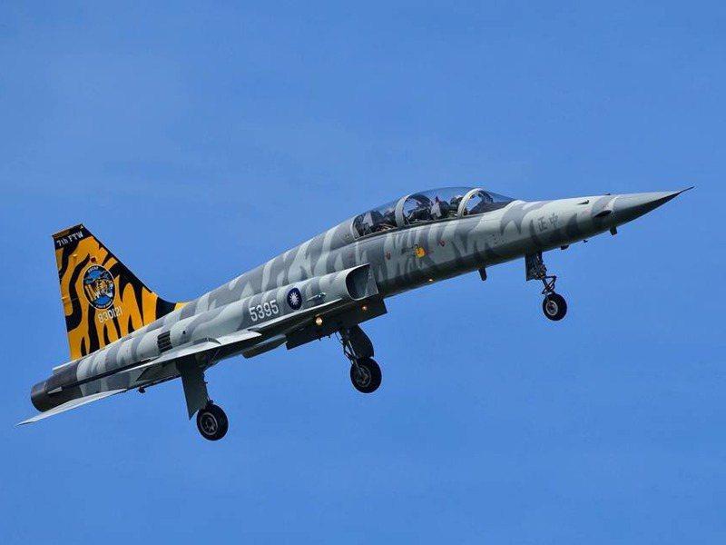我國曾是國際間F-5戰機最大使用國,圖為空軍司令部2018年公布的「F-5彩繪機」。圖/空軍司令部提供