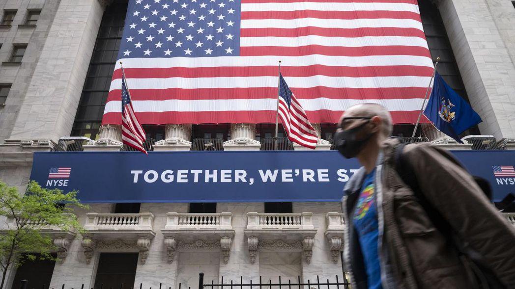 疫情復熾的顧慮與選前不確定加深,華爾街三大指數28日同步重挫。 美聯社