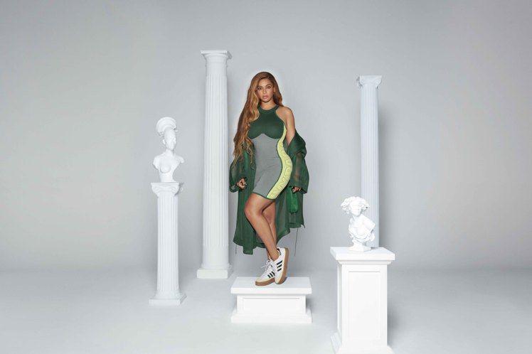碧昂絲演繹聯名系列針織洋裝4,290元、SUPER SLEEK 72鞋款4,69...