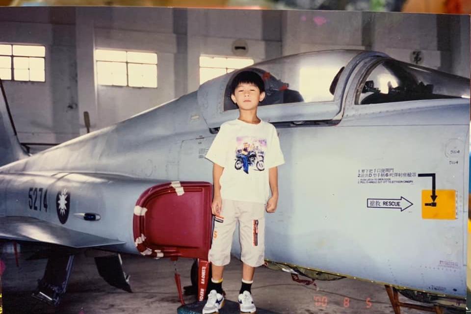 飛官朱冠甍勇敢追夢 5歲就曾和F-5E戰機合照20年後圓夢