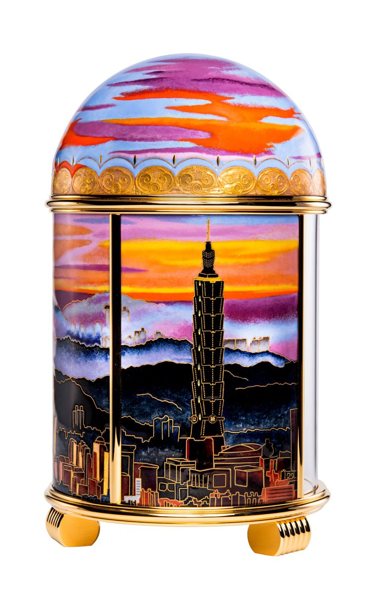 百達翡麗珍稀工藝系列編號20040M座鐘「雲輝霞映‧台北」背面。圖/高登鐘表提供