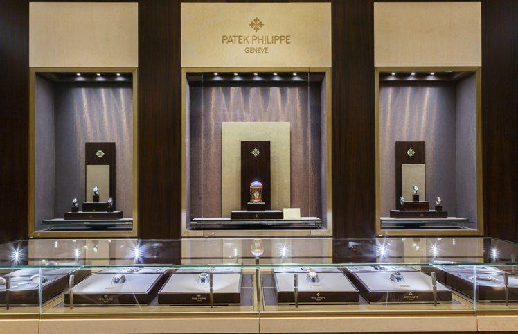 高登鐘表百達翡麗台北101專賣店入口迎賓大廳展出3座座鐘。圖/高登鐘表提供
