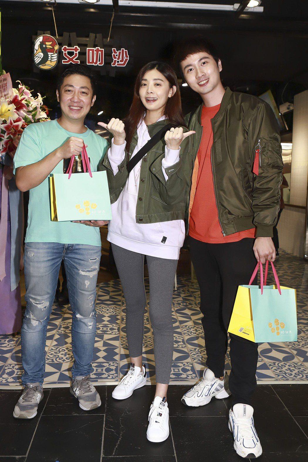 張捷(右起)、夏如芝夫妻親送女兒彌月禮,新婚人夫艾成沾喜氣。圖/民視提供
