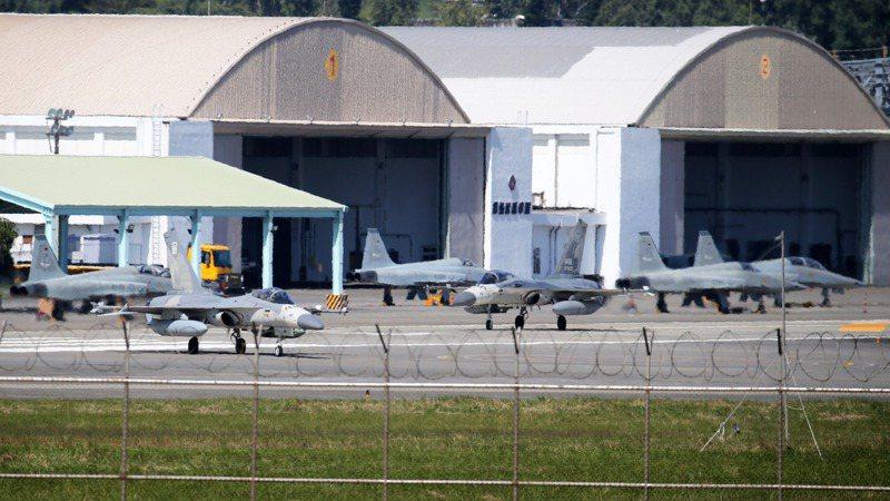 兩架掛載副油箱的IDF經國號戰機(圖片前方)今天中午降落台東志航基地,外傳是來支援彌補台東空防,以因應F-5E/F(圖片後方)待檢期間的空窗期。記者劉學聖/攝影
