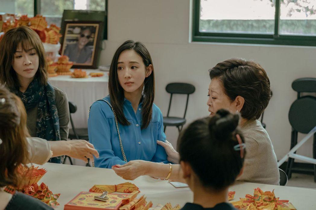 張鈞甯(中)客串「孤味」,為片子卡司更增話題。圖/威視提供