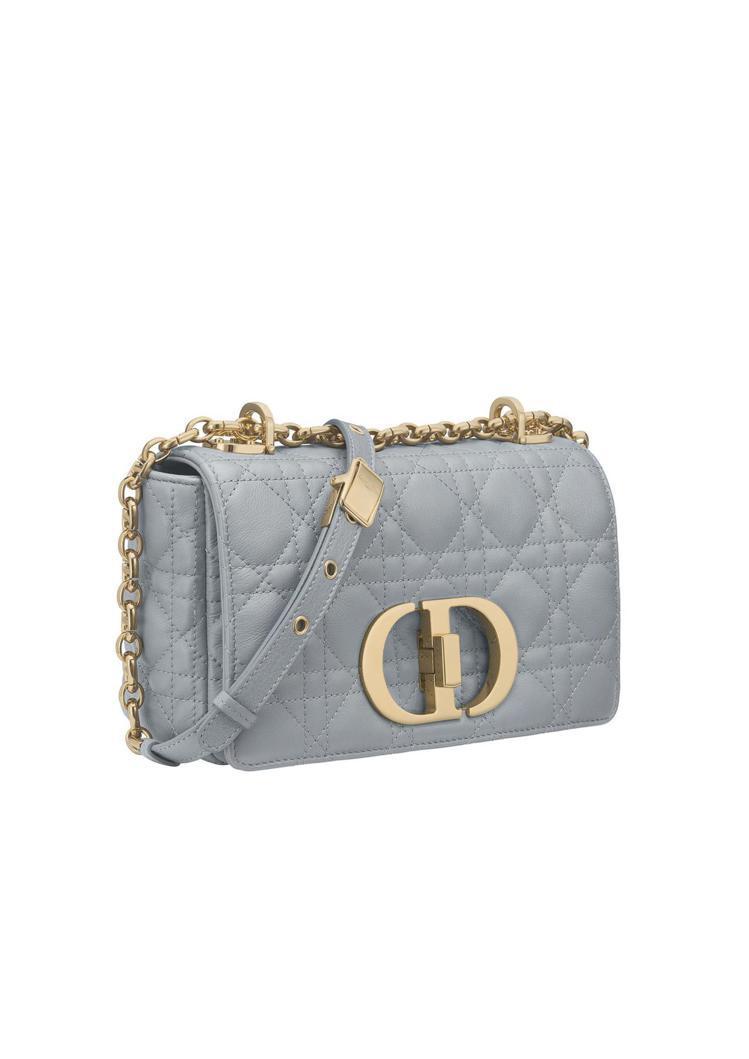 Dior Caro迷濛藍籐格紋柔軟小牛皮小型翻蓋包,11萬5,000元。圖/DI...