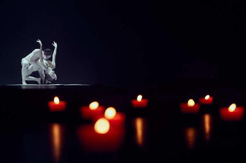 《花神祭》中的〈春芽〉,由兩位跟隨林老師超過十年的資深舞者王芊懿與黃耀廷詮釋「花靈」。圖/無垢舞蹈劇場提供
