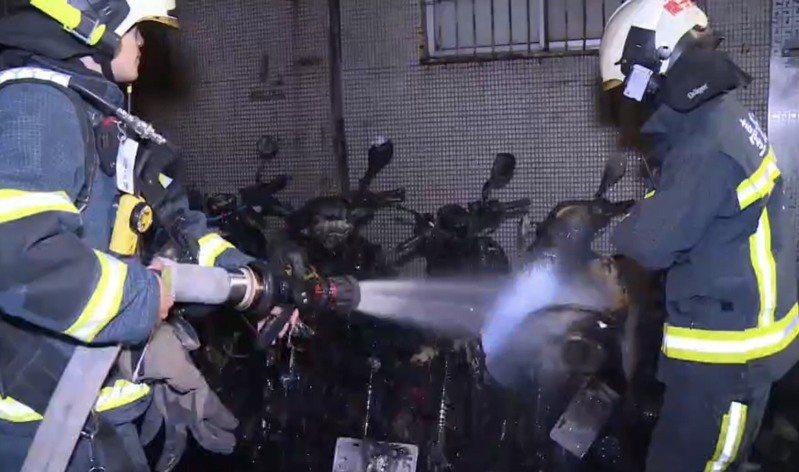 台北市復興南路二段一處巷弄內,今天凌晨發生機車縱火案件。記者廖炳棋/翻攝