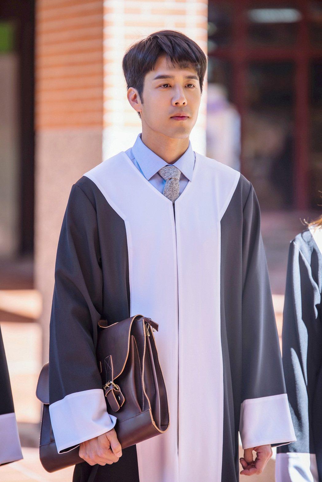 胡宇威在「王牌辯護人」中飾演王牌律師。圖/東森提供