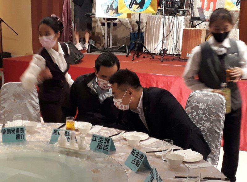 前總統馬英九與國民黨主席江啟臣晚間參加國民黨台南市黨部募款餐會,進場後兩人先私下談話。記者周宗禎/攝影