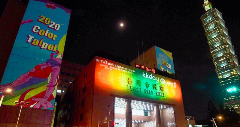 北市觀光傳播局配合10月31日的台灣同志大遊行,今天晚間6點起,一連3天於北市府西大門前,舉辦「Color Taipei彩虹燈光投影秀」,每場5分鐘主秀。圖/北市觀光傳播局提供