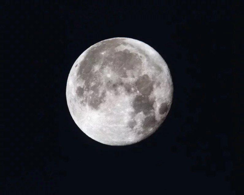 10月31日晚上抬頭望,可看到「藍月亮」,這是因為當天是本月第二次滿月。圖/ingimage