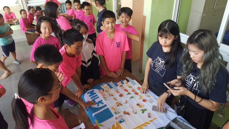 長庚科大保健營養系師生昨帶銅鑼中興國小學童展開「校園有機燴」食農教育課程。記者胡蓬生/攝影