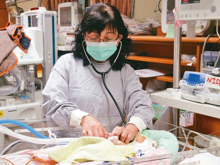 許瓊心照護早產兒不遺餘力,長大成人的孩子還會回來看「許媽媽」。圖╱許瓊心提供