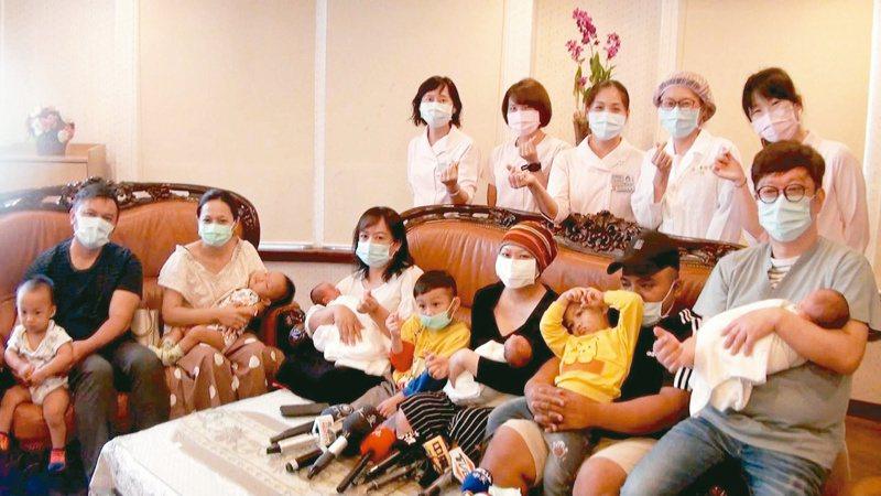 陳先生(前排右二)與妻子何女(前排右三)最近喜迎3胞胎,夫妻倆婚後4胎共生了7個男孩。記者王昭月/攝影