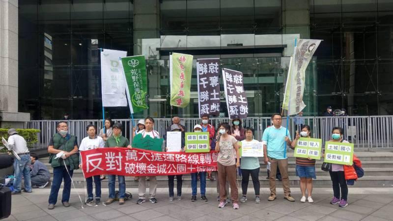新北市土城近20名居民昨天到交通部前抗議捷運穿過公園、 鄰近學校。記者曹悅華/攝影