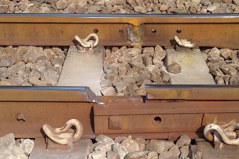 台鐵新市-永康間,日前出現十九公分斷軌。圖/交通部提供