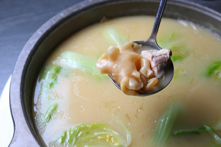骨膠原菜膽花膠童雞湯,每鍋2 ,380元。記者陳睿中/攝影