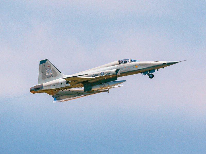 一架F-5E單座戰機墜海,飛官朱冠甍殉職。圖為軍事迷日前捕捉拍攝到飛行起降情形。圖/陳姓航空迷提供