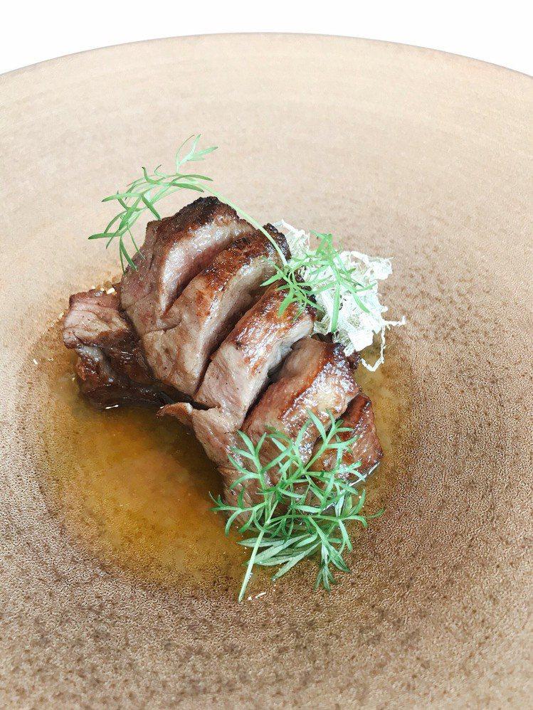 「俺達的肉屋」主廚鍾佳憲的「澳洲和牛牛舌、白木耳和牛高湯」。圖/MiraWan提...